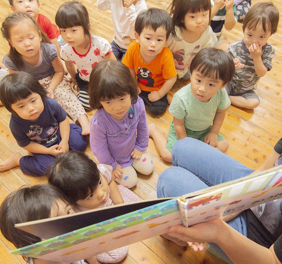 かもと乳児保育園 絵本の読み聞かせ