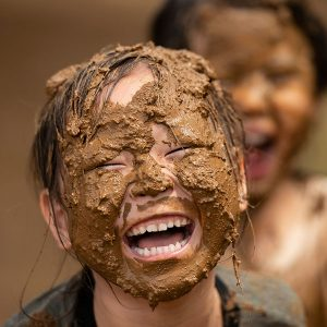 泥んこで感情を解放して遊ぶ 保育の特徴