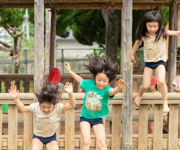 園庭で一緒に遊ぶことで学ぶ社会性